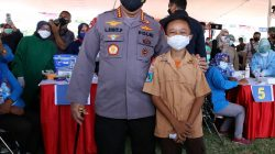 Kapolri Jenderal Listyo Sigit Prabowo bersama Panglima TNI Marsekal Hadi Tjahjanto di lapangan THOR Darmo, Surabaya, Jawa Timur, Jumat [15/10