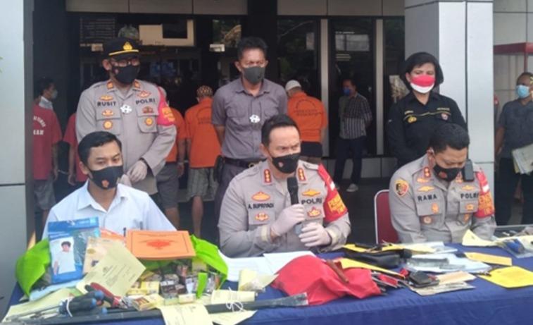 Kapolres Metro Bekasi Kota Kombes Pol. Aloysius Suprijadi SIK MH saat konferensi pers kasus pemerasan empat polisi gadungan
